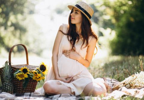5 Gaya Fashion Ibu Hamil yang Nyaman nan Modis