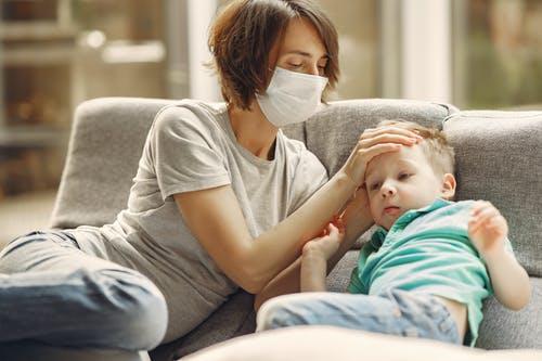 Gejala awal pneumonia adalah gejala yang menyerupai selesma (common cold) seperti batuk, pilek dan demam yang disertai lemas dan lesu yang berkepanjangan. (Ilustráis/Pexels)