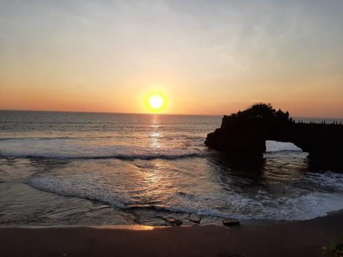 Keindahan sunset di Tanah Lot, Bali. (Foto: Dok. Nur Azizah)