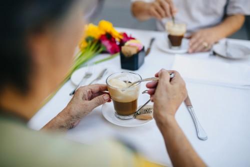 Beberapa orang merasakan bahwa minum kopi dapat membuat perut menjadi kembung. (Ilustrasi/Pexels)