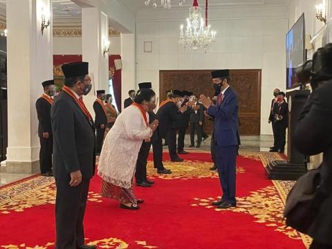 Bintang Mahaputra Adipradana Dipersembahkan Menteri Siti untuk Orang Tua dan RI