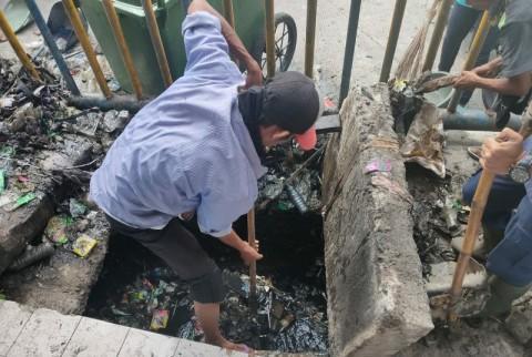 Cegah Banjir, Pedagang dan Awak Bus Tanjung Priok Bersihkan Saluran Air