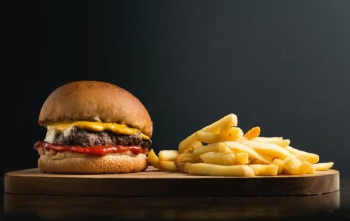 Menurut dr. Eva Maria Christine, M. Gizi, Sp.GK, Dokter Spesialis Gizi Klinik salah satu makanan yang buruk untuk kesehatan mental kamu adalah makanan yang mengandung lemak jenuh. (Ilustrasi/Pexels)