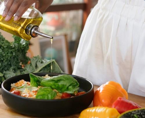 Minyak zaitun diekstrak dari buah zaitun yang diperas. Sedangkan minyak sayur berasal dari berbagai jenis sumber mulai dari kanola, biji bunga matahari, kedelai, jagung, dan lainnya. (Foto: Pexels)