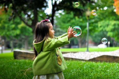 Ada banyak manfaat bermain bagi anak. Salah satunya mempersiapkan afeksi bagi kehidupannya. (Foto: Unsplash.com)