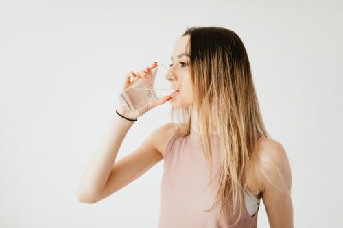 Berkumur dengan air garam seringkali dianggap dapat menyembuhkan sariawan. (Ilustrasi/Pexels)