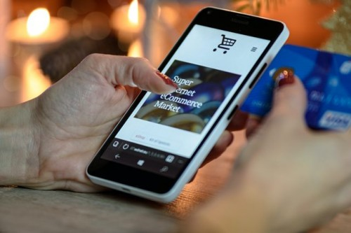 Terdapat 36 persen responden yang memilih menggunakan aplikasi online untuk berbelanja kebutuhan sehari-hari selama pandemi. (Foto: Pexels.com)