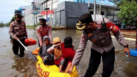 Banjir Rob, Warga Pelabuhan Muara Baru Dievakuasi