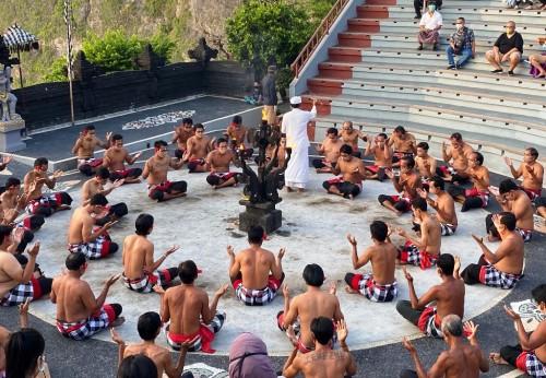 Tari Kecak yang menjadi ciri khas Bali, sempat meniadakan aktivitas karena pandemi covid-19. (Foto: Kumara/Medcom.id)