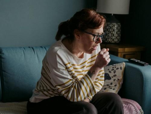 Tak melulu dengan obat, ada beberapa cara meredakan batuk dan flu. (Foto: Unsplash)