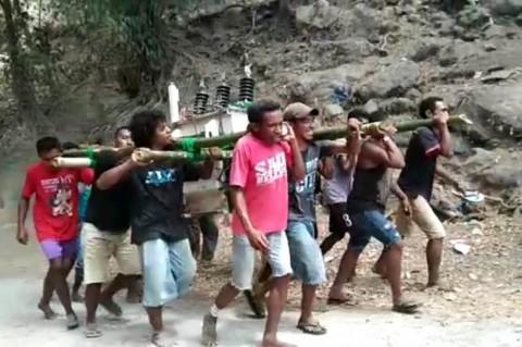 Warga Desa Nitung Lea Gotong Royong Pikul Trafo PLN