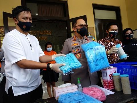 Polisi Sita 2,5 Ton Sarung Tangan Medis Daur Ulang Siap Edar