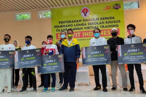 Kemenpora Bagikan Hadiah Pemenang Lomba SKOVIT dan Senam Sundul Langit