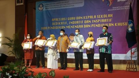 70 Guru Paling Dedikatif, Inovatif, dan Inspiratif Diganjar Penghargaan