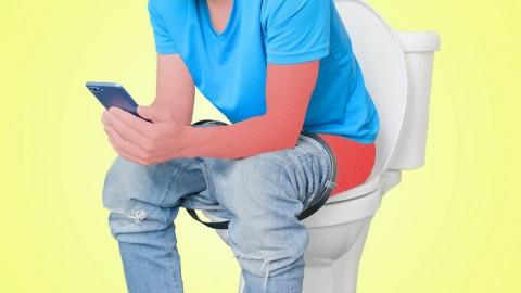 Main HP di Toilet Duduk Berakibat Operasi, Kenapa?