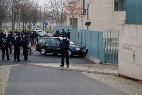 Kantor Kanselir Jerman Ditabrak sebuah Mobil