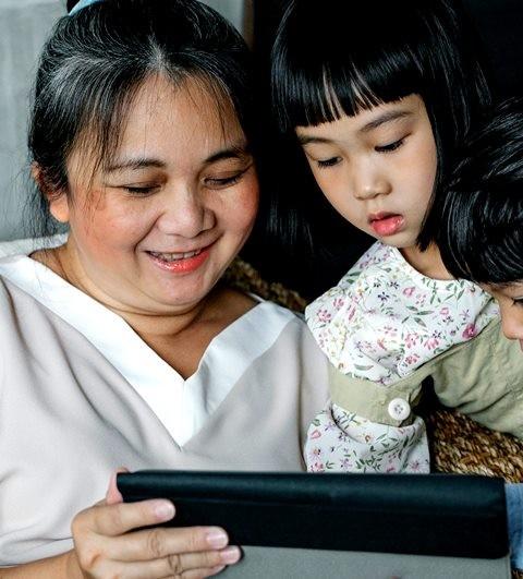 Mendongeng memberikan stimulasi untuk si kecil. (Foto: Unsplash.com)