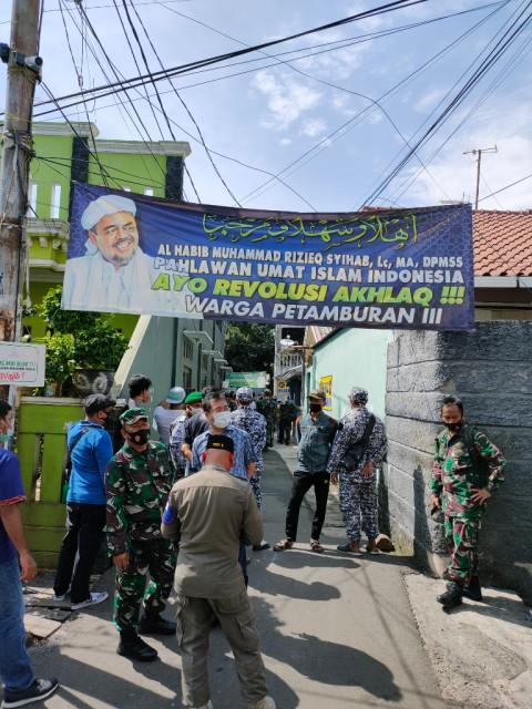Penyemprotan Disinfektan di Rumah Rizieq Shihab Dijaga TNI