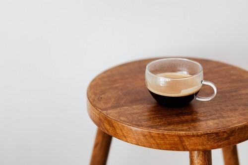 Saat kamu menikmati kopi atau teh, noda hitam di bagian bawah gelas akan muncul. (Foto: Pexels)