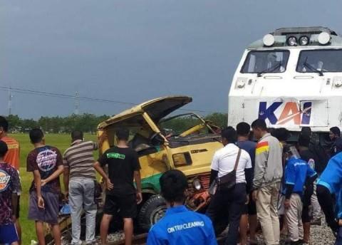Kereta Api Tabrak Truk Padi di Jombang, 2 Orang Tewas