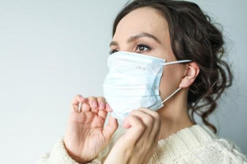 Masker mengurangi coronavirus di kedua tetesan dan aerosol, dan tidak mengurangi rhinovirus. (Ilustrasi/Pexels)