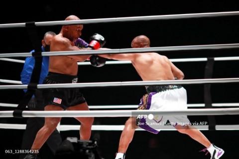 Pertarungan Mike Tyson vs Roy Jones Jr Berakhir Imbang