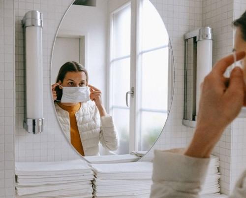 Berikut ini beberapa cara mengatasi jerawat karena masker. (Foto: Ilustrasi/Pexels.com)