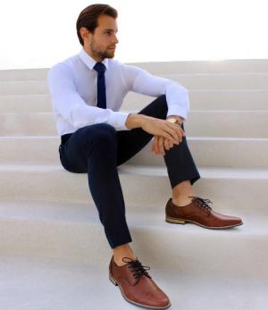 Tips Padu Padan Sepatu Coklat dengan Suit dan Celana  Hitam