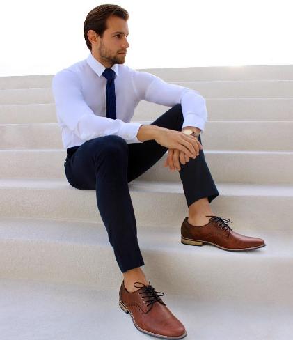 Selain hitam, coklat merupakan warna sepatu netral yang populer digunakan kaum pria. (Foto: Dok. Stylemann.com)