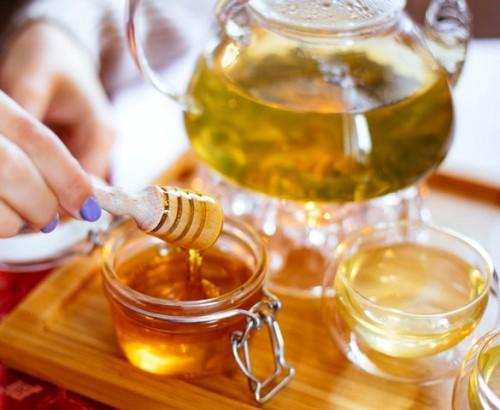 Campur madu ke dalam teh hangat dan nikmati untuk meredakan flu kamu. (Foto: Pexels.com)