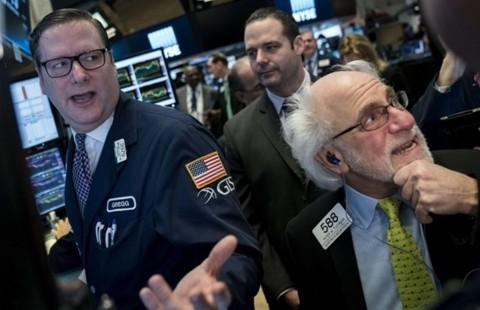 Terjangkit Lonjakan Covid-19, Bursa Wall Street Ambruk