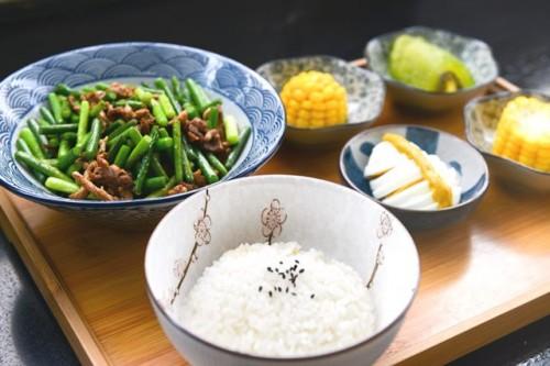 Apakah pasien diabetes sebaiknya tidak makan nasi putih? Simak jawaban Prof. Sidartawan. (Foto: Pexels.com)