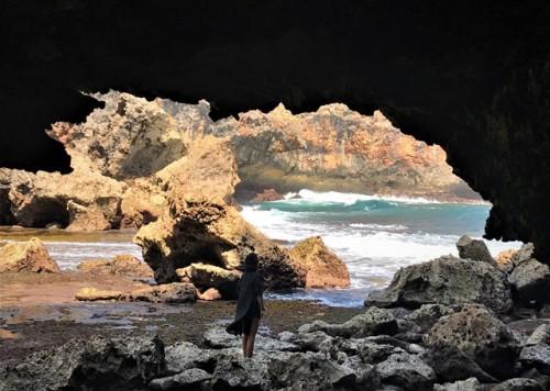 Pantai bersih dengan batuan karang indah menjadi pesona Pantai Jungwok di Desa Jepitu, Girisubo, Gunung Kidul, Yogyakarta. (Foto: Arthurio Oktavianus)