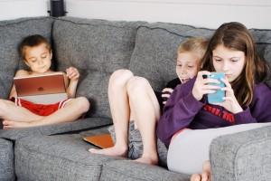 Penggunaan Media Layar Berlebihan Bisa Membuat Anak Terlambat Bicara