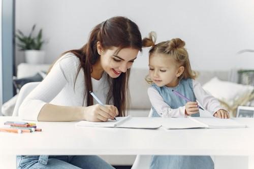 Mengajarkan menulis pada anak punya banyak manfaat. Simak kata psikolog Marcelina Melisa selanjutnya. (Foto: Pexels.com)
