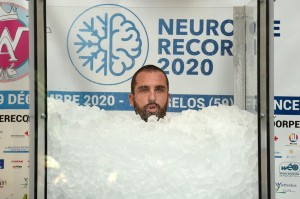 Pria Ini Berendam di Dalam Es Demi Kumpulkan Dana bagi Penderita Kanker