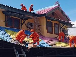 Pengecetan Atap Rumah Percantik Area Flyover Tapal Kuda