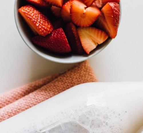Ini cara membuat minuman segar Korean Strawberry Milk. (Foto: Ilustrasi/Unsplash.com)