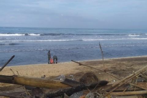 TNI Bantu Membersihkan Sampah di Pantai Kuta