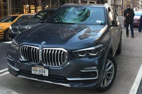 Anarkis, Gerombolan Pesepeda Ini Rusak BMW X5