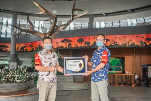 Serah terima sertifikat aman covid-19. (Foto: Istimewa)
