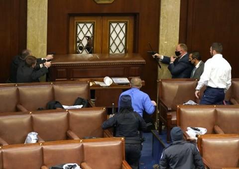Akibat Misinformasi, Warga AS Serbu Gedung Capitol