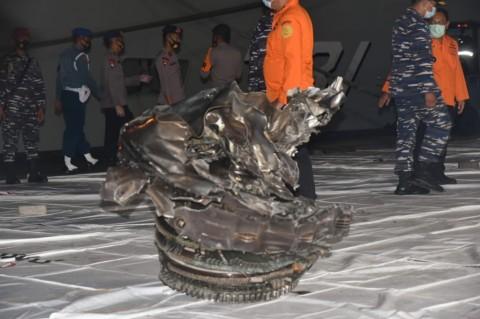 Dilengkapi <i>Crane</i>, KRI Mentawai Angkut Puing Pesawat Sriwijaya
