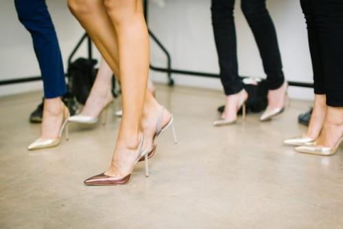 Sepatu pointed dan high heels sangat disarankan untuk wanita bertubuh mungil. (Foto: Ilustrasi/Unsplash.com)