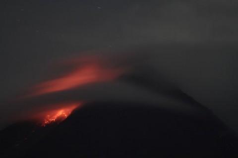 Gunung Merapi Luncurkan Lava Pijar 17 Kali