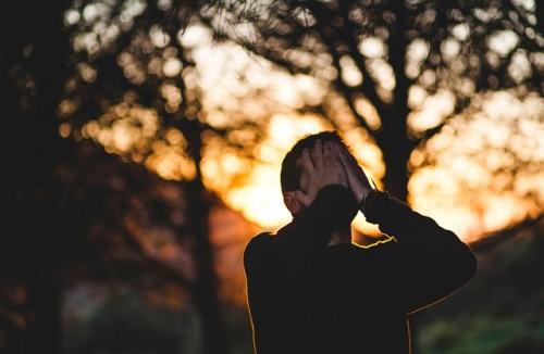 Betulkah kalau laki-laki tak boleh menangis? Apakah juga akan dicap cengeng? Ini kata Psikolog Efnie. (Foto: Ilustrasi/Unsplash.com)
