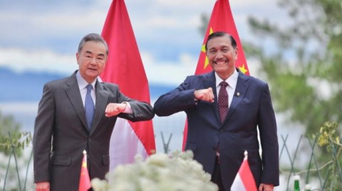 Luhut. Chinese Foreign Minister Visit Lake Toba, Discuss Bilateral Cooperation