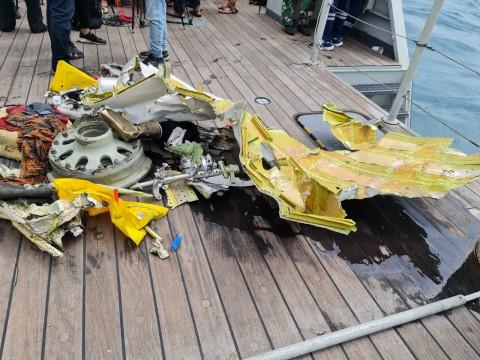 KRI Parang-647 Temukan Serpihan Pesawat dan KTP Berprofesi Guru