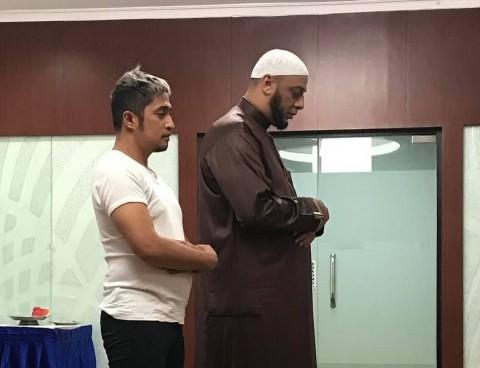 Tangis Penyesalan Irfan Hakim Tak Bisa Penuhi Permintaan Syekh Ali Jaber