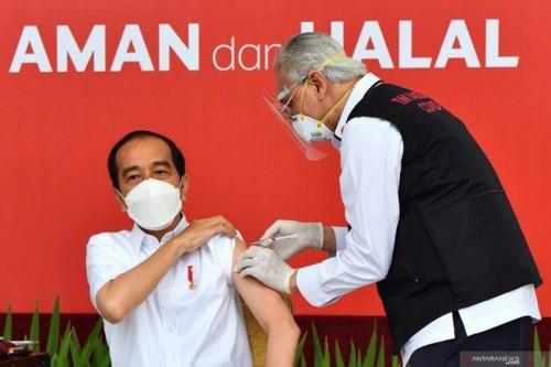Presiden Jokowi saat disuntik vaksin Covid-19, Rabu 13 Januari. (Foto: ANTARA FOTO/HO/Setpres-Agus Suparto)